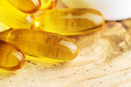 Vetzuur omega 3 visolie-gel capsules op houten tafel, macro Stockfoto