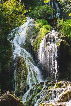 Aardlandschap van Krushuna-watervallen in Bulgarije.