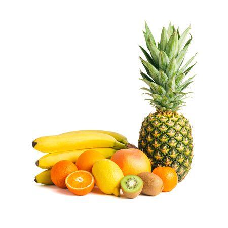 Assortiment de fruits tropicaux, groupe de banane, kiwi, orange, mandarine, citron, ananas, pamplemousse isolé sur fond blanc. Banque d'images