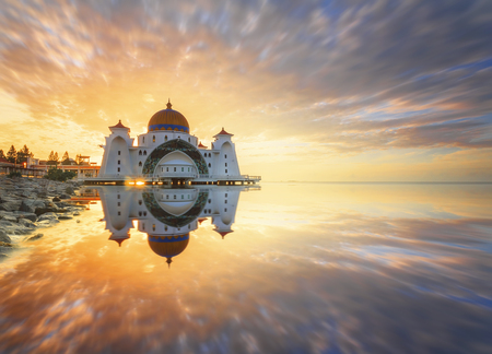 Malacca海峡清真寺(Masjid Selat Melaka),它是一座清真寺,位于马来西亚马六甲镇附近的人造马六甲岛。