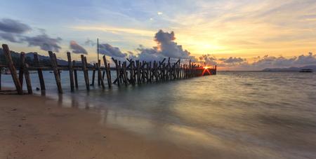 Playa de arena negra del embarcadero (pueblo del pescador) en la isla de Langkawi, Malasia. Foto de archivo