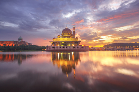 Putra Mosque and Perdana Putra in Putrajaya at the sunrise 스톡 콘텐츠