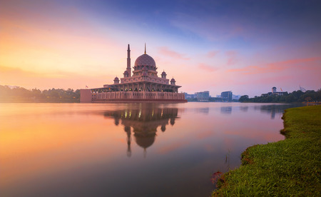 Floating mosque during sunrise. Putra Mosque, Putrajaya, Malaysia. 版權商用圖片