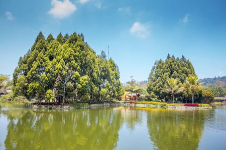Outdoor Park with Flowers in a Garden and Lake, Floating Market Lembang, Bandung, Indonesia. 免版税图像 - 130663108