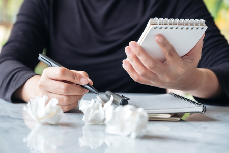 Closeup image of business woman working and squeezing papers on the table with feeling stressed and upset Banque d'images