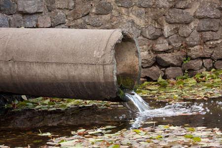 desague: tuber�a de aguas residuales contaminantes al r�o