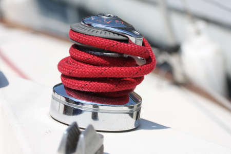 Winch and red rope on a sailboat  Stockfoto