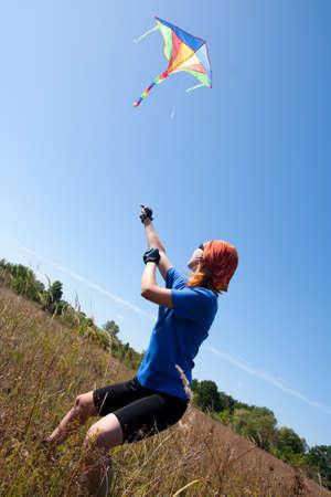 donna volante: donna aquilone in volo su un prato