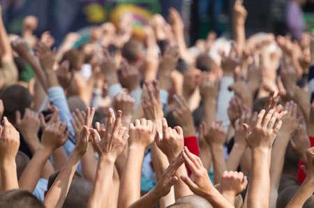 folla: Folla in un concerto con le mani in alto Archivio Fotografico