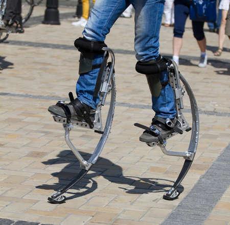 zancos: Hombres piernas sobre unos zancos de salto Foto de archivo