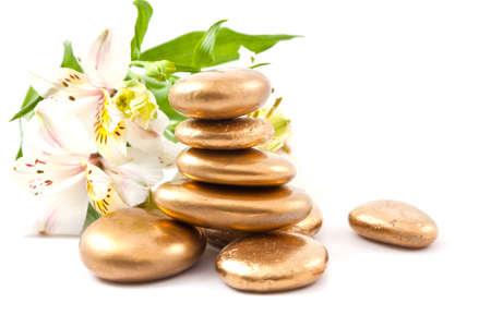 lirio blanco: Piedra del balneario de oro y lirio aislado en blanco