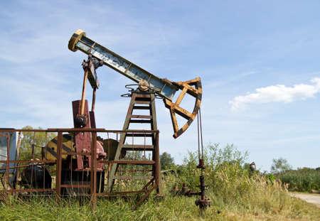 polea: Bomba de petróleo en el cielo azul de fondo Foto de archivo