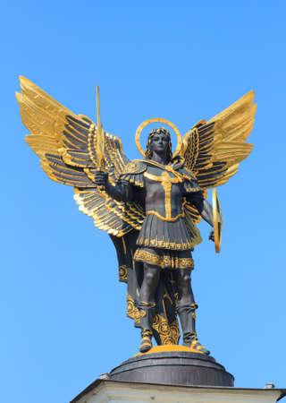 angel de la independencia: Estatua de oro del Arcángel Miguel en la Plaza de la Independencia en Kiev, Ucrania Foto de archivo