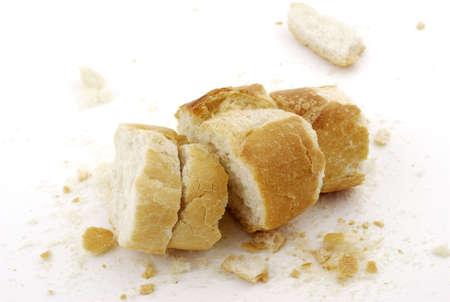 Überreste von Brot auf weißem Hintergrund