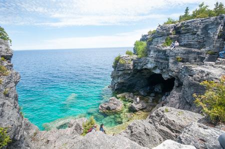 ブルース半島トレイルの水は磯浜海岸と青の洞窟 写真素材