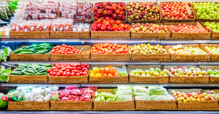 Frutta e verdura fresca su scaffale nel supermercato. Per un concetto sano