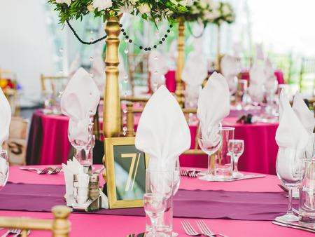 Weiß Und Lila Blumen-Arrangement Auf Dem Stand Auf Hochzeitsfeier ...