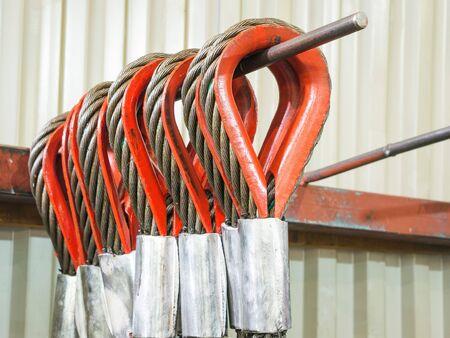fil de fer: câble de suspension. Plusieurs câbles de suspension dans l'entrepôt de la fabrication des câbles de suspension