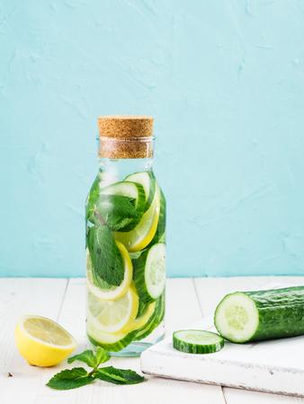 キュウリ、レモン、ミントで注入されたデトックス水