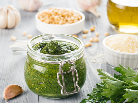 Ingrediënten van de huisgemaakte peterselie pestosaus
