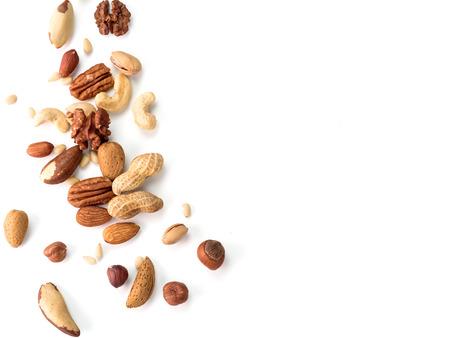 Achtergrond van noten - pecannoten, macadamia, walnoot, amandelen, hazelnoten en andere - met kopie ruimte. Een rand geïsoleerd. Bovenaanzicht of plat leggen Stockfoto