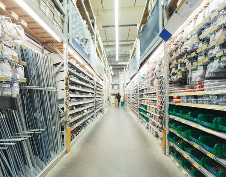 Zamazana alejka magazynowa materiałów budowlanych w przemysłowym sklepie budowlanym
