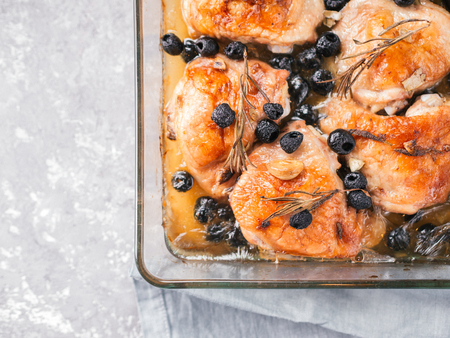 Corsican chicken thighs with rosemary and black olives Banque d'images