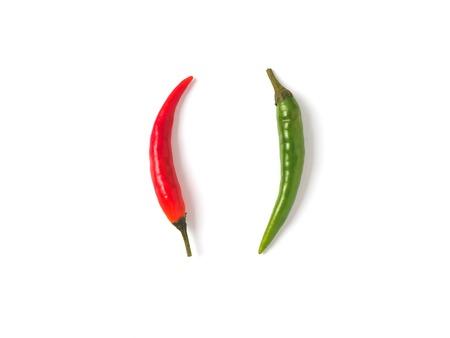 Kreatywny układ papryczek chili. Dwie papryki - zielona i czerwona ostra papryka, na białym tle na biały ze ścieżką przycinającą. Skopiuj miejsce na tekst. Widok z góry lub układanie na płasko. Zdjęcie Seryjne