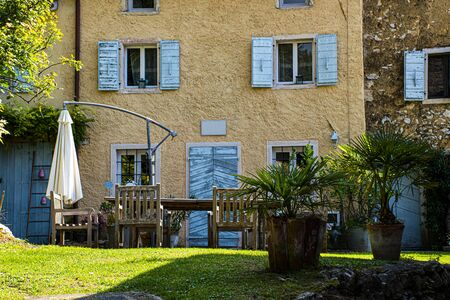 beautiful frontal image of a courtyard house on the path Valle dei Mulini in Lusiana in the Province of Vicenza Stockfoto