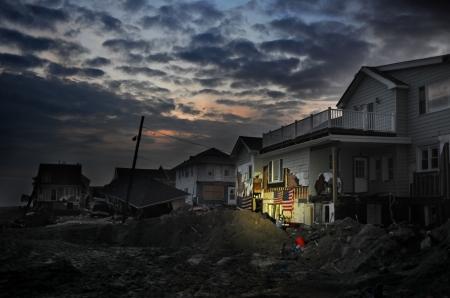 QUEENS, NY - 11 november: Beschadigde huizen zonder stroom 's nachts op het strand Rockaway - Bel Harbor gebied als gevolg van effecten van de orkaan Sandy in Queens, New York, Verenigde Staten, op 11 november 2012.