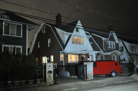 Queens, NY - NOVEMBER 11: Beschadigde huizen zonder stroom 's nachts in het Rockaway Beach - Bel Harbor gebied als gevolg van invloed van de orkaan Sandy in Queens, New York, Verenigde Staten, op 11 november 2012.