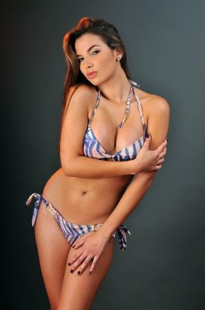 ni�as en bikini: Traje de ba�o Pretty latino modelo de moda posando en el estudio Foto de archivo