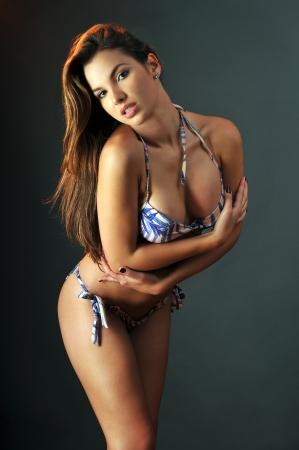 mujer ba�andose: Traje de ba�o Pretty latino modelo de moda posando en el estudio Foto de archivo