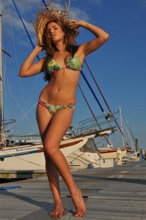 보트 선착장 위치에서 섹시한 포즈 예쁜 라틴어 수영복 패션 모델