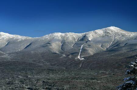 hampshire: Ver al Monte Washington en New Hampshire desde la cumbre de la zona de esqu� de Bretton Woods en el comienzo del invierno Foto de archivo