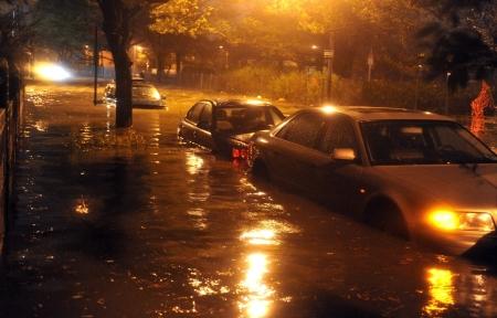 BROOKLYN, NY - OKTOBER 29: Flooded auto's, veroorzaakt door de orkaan Sandy, worden gezien op 29 oktober 2012, in de hoek van Brigham straat en Emmons Avenue of Brooklyn NY, Verenigde Staten. Hurricane Sandy, die 50 miljoen mensen bedreigt in de oostelijke derde van de Redactioneel