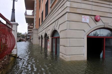 BROOKLYN, NY - 29 oktober: Seriouse overstromingen in de gebouwen op de wijk Sheapsheadbay door schokken van orkaan Sandy in Brooklyn, New York, VS, op dinsdag 30 oktober, 2012. Redactioneel
