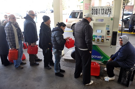 BROOKLYN, NY - NOVEMBER 03: People says in line for gas in the Sheapsheadbay neighborhood due to strong wind from Hurricane Sandy in Brooklyn, New York, U.S., on Tuesday, November 03, 2012.   Publikacyjne