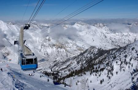 Spectaculair uitzicht op de bergen en de blauwe ski tram at Snowbird ski resort in Utah