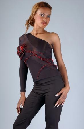 Beau modèle afro-américain posant en robe à la mode