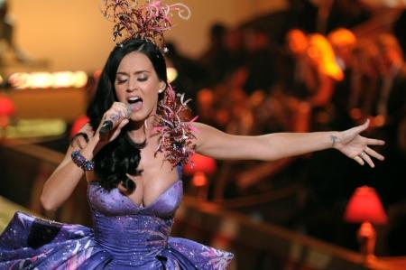 NEW YORK - 10 november: Zangeres Katy Perry presteert tijdens de 2010 Victoria's Secret Fashion Show op 10 november 2010 bij het Arsenaal van Lexington in New York City.
