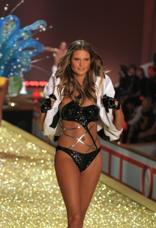 NEW YORK - NOVEMBER 10: Victoria's Secret Fashion Show model walks the runway during the 2010 Victoria's Secret Fashion Show on November 10, 2010 at the Lexington Armory in New York City.  Stock Photo - 18431576