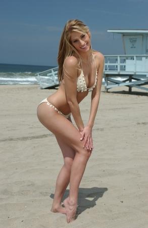 petite fille maillot de bain: Jeune fille blonde sur la plage de Redondo Beach, CA posant assez bikini pieds nus