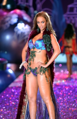 defile: NEW YORK - NOVEMBER 9: Victorias Secret Fashion model Tyra Banks walks the runway during the 2010 Victorias Secret Fashion Show on November 9, 2005 at the Lexington Armory in New York City.  Editorial