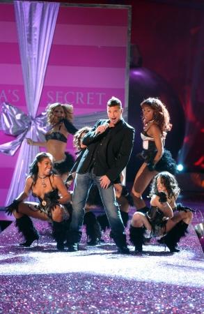 NEW YORK - 9 november: Zanger Ricky Martin presteert op de baan tijdens de 2010 Victoria's Secret Fashion Show op 9 november 2005 in Lexington Armory in New York. Redactioneel