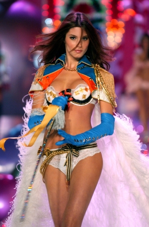NEW YORK - NOVEMBER 9: Victoria's Secret Fashion model Marija Vujovic walks the runway during the 2010 Victoria's Secret Fashion Show on November 9, 2005 at the Lexington Armory in New York City.  Stock Photo - 18951472