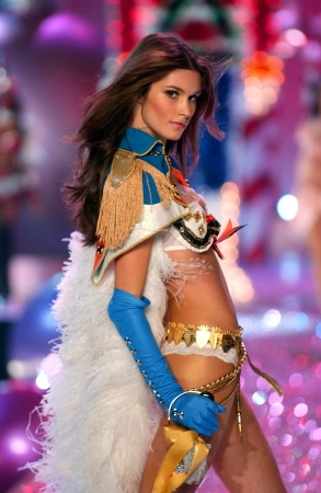NEW YORK - NOVEMBER 9: Victoria's Secret Fashion model Marija Vujovic walks the runway during the 2010 Victoria's Secret Fashion Show on November 9, 2005 at the Lexington Armory in New York City.  Stock Photo - 18951622