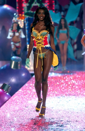 NEW YORK - NOVEMBER 9: Victoria's Secret Fashion model Oluchi Onweagba walks the runway during the 2010 Victoria's Secret Fashion Show on November 9, 2005 at the Lexington Armory in New York City.  Stock Photo - 18951685