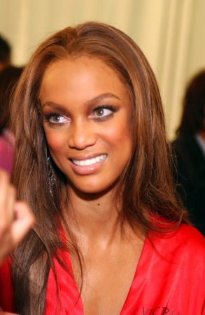 anja: NEW YORK - NOVEMBER 9: Victorias Secret Fashion model  Tyra Banks getting ready backstage during the 2010 Victorias Secret Fashion Show on November 9, 2005 at the Lexington Armory in New York City.  Editorial