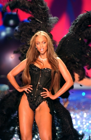 anja: NEW YORK - NOVEMBER 9: Victorias Secret Fashion model Tyra Banks walks the runway during the 2010 Victorias Secret Fashion Show on November 9, 2005 at the Lexington Armory in New York City.  Editorial